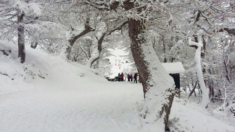 La mayoría de las localidades del interior se cubrieron de nieve. El  pronóstico indica que el fenómeno seguirá hasta hoy