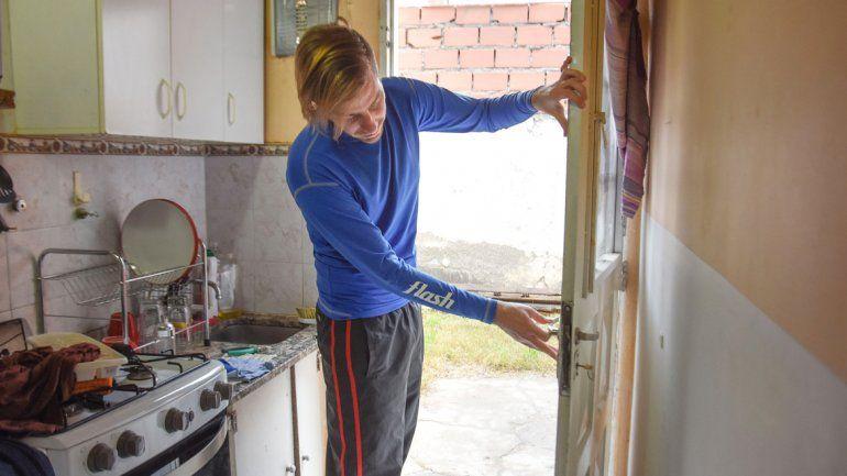 Esteban le mostró a LM Neuquén cómo forzaron la puerta de su casa.