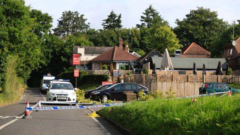 Los vecinos ya estaban enojados desde antes por los ruidos. Una mujer se indignó al encontrar un preservativo y un pañuelo ensangrentado en la vereda.