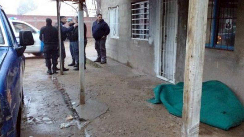 La víctima fue hallada tirada debajo del alero de un edificio.