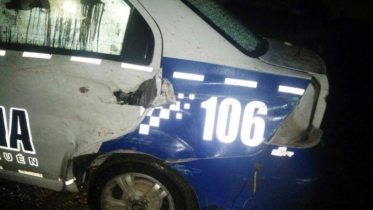 El Chevrolet Aveo de la Policía quedó muy dañado en la parte trasera.