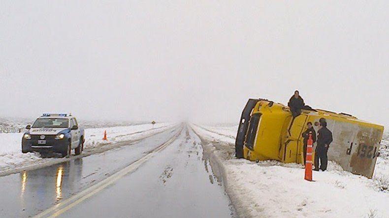 No se salvó nadie: un camión de caudales volcó en la Ruta 22, entre Cutral Co y Zapala