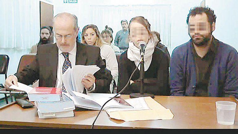 El defensor Carlos Aquistapache y la pareja acusada de homicidio culposo por la muerte de su beba en el parto.