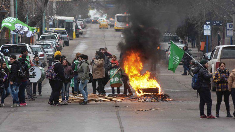 ATE no asistió a la convocatoria del Gobierno y protestó con piquetes