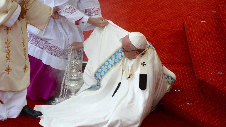 La caída del sumo pontífice fue inesperada: no sufrió ninguna lesión.