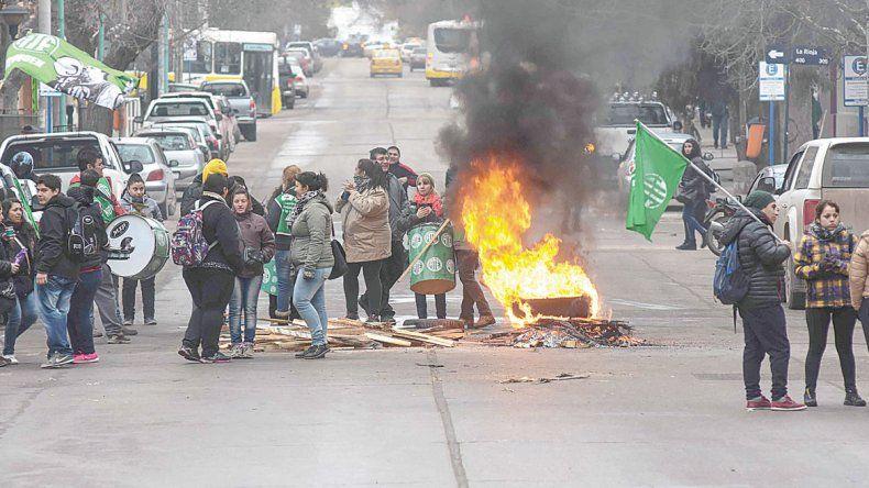 Los sindicalistas hicieron piquetes frente a la Casa de Gobierno. Anoche hubo otra convocatoria que podría encauzar el diálogo