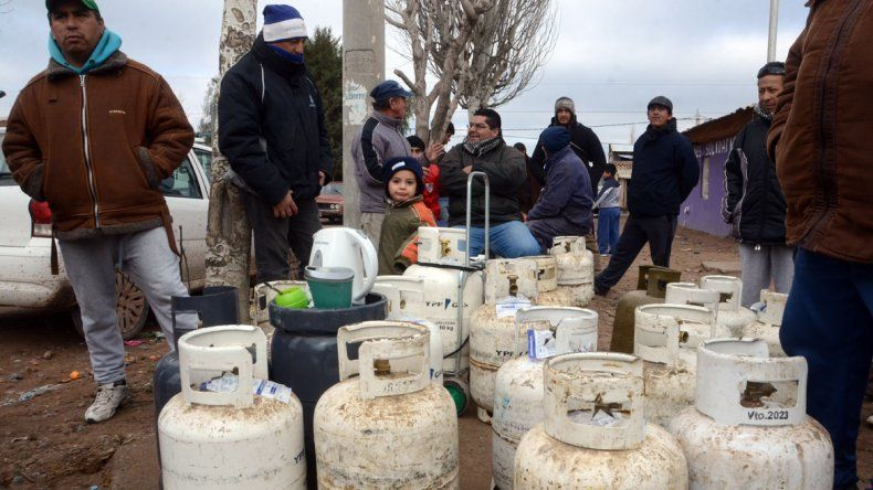 Vecinos tomaron el camión que reparte garrafas y piden asistencia