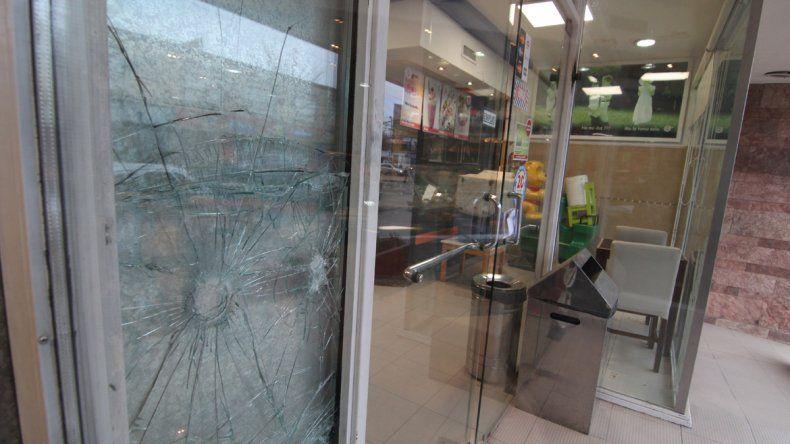 Patachorros rompieron la entrada y robaron una heladería del Bajo