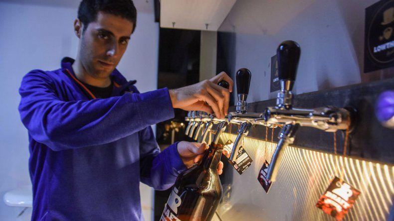 Las recargas de los botellones son continuas. Es un sistema práctico que mantiene la calidad del producto. Su precio es casi el mismo que el de una cerveza industrializada.