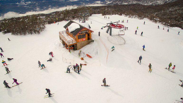 Los esquiadores disfrutan del buen tiempo y la nieve en la cima del cerro Chapelco. La temporada había arrancado con dudas pero todo se corrigió.