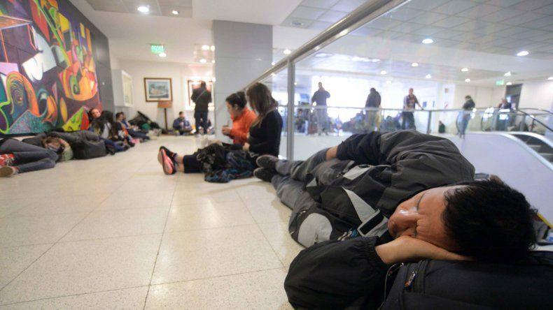 Las largas horas de espera en el aeropuerto irritaron a los pasajeros.