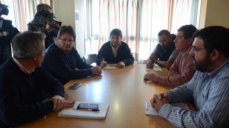 Una instantánea de la reunión entre los funcionarios y dirigentes de ATE. El encuentro fue muy breve.