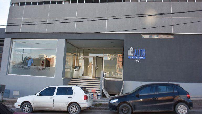 El edificio Altos de Leloir está sobre la calle Maestros Neuquinos al 1100.
