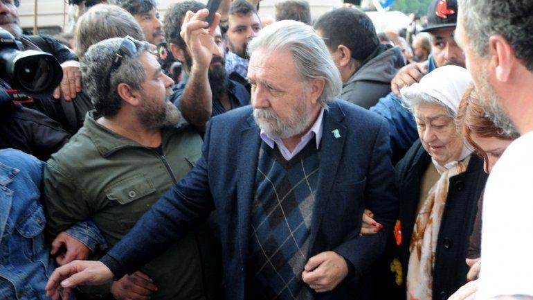 Ordenan detener a Hebe de Bonafini por rebeldía: militantes la protegen de la Policía