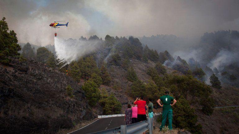 Anoche aún se combatía el fuego en la isla La Palma. El turista fue detenido.