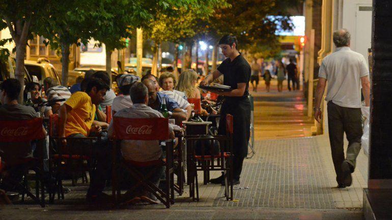 El alcohol cero se siente en  la mesa de los restaurantes