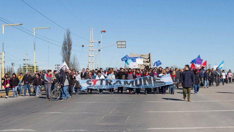 La Multisectorial y los gremios municipales se manifestaron ayer en los puentes carreteros. Hubo malestar entre los automovilistas.