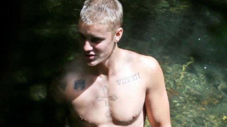 Justin Bieber y un desnudo en una isla de Hawái