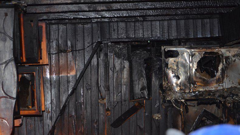 Un terrible incendio dejó a tres familias en la calle