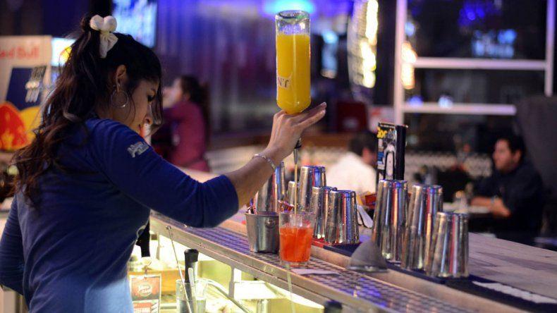 Los jóvenes bartenders neuquinos se animan a elaborar tragos y cócteles  con nuevas bebidas e ingredientes
