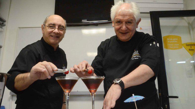 Tigrino y González vuelcan sus saberes a los nuevos bartenders.
