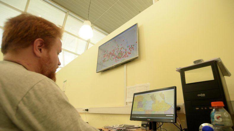 En la pantalla del Centro de Monitoreo se puede observar por dónde circulan los 1300 taxis y remises.