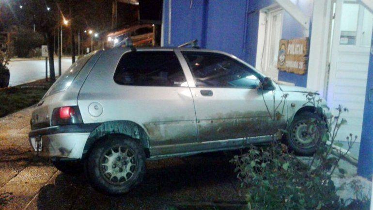 El Renault Clio contra el frente de la Comisaría 28ª. El conductor tuvo que ser auxiliado y luego fue detenido.