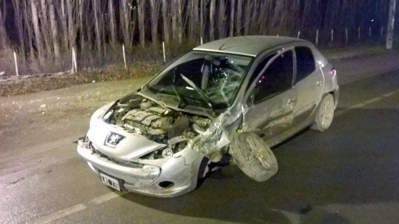El Peugeot 207 quedó destruido tras el impacto en un acceso a Allen.