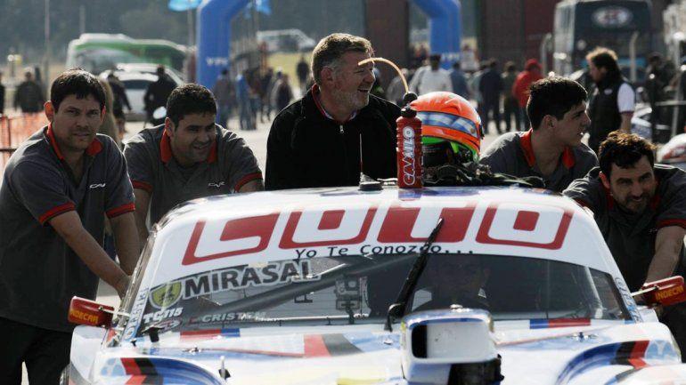 El equipo de Camilo. Todos se ilusionan con ganar la carrera millonaria del Turismo Carretera.