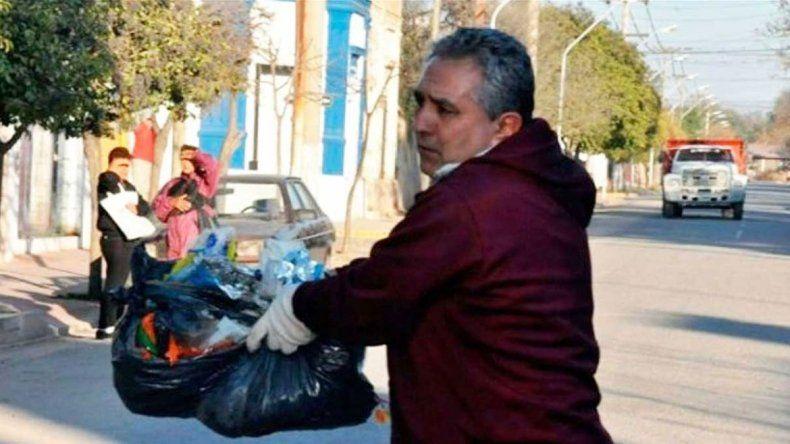 José Luis de Lucca es el intendente de Villa del Totoral. Salió con algunos de sus funcionarios a limpiar las calles.