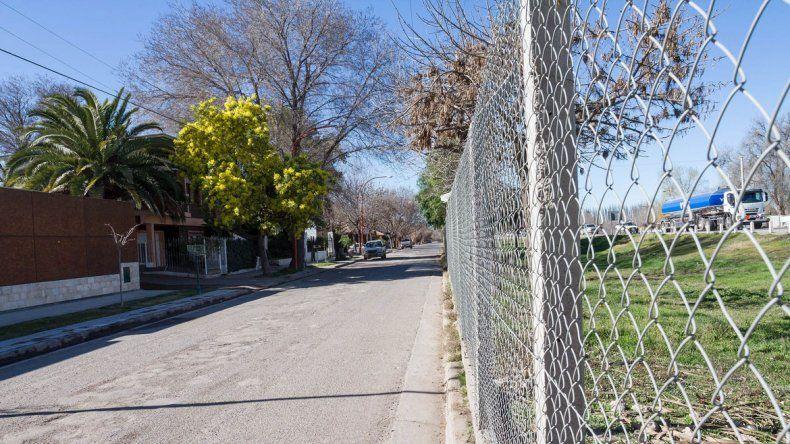 El alambrado aleja al barrio de la ruta e impide el acceso directo de peatones a la calle Cipolletti.