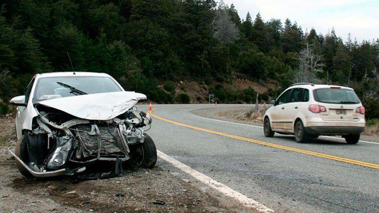 Ruta 40: Mordió la banquina, se cruzó de carril y chocó de frente contra otro auto
