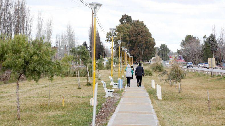 Vecinos utilizan el paseo Néstor Kirchner para hacer ejercicio.