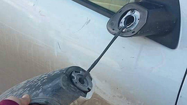 Así quedó el espejo de la camioneta tras el ataque de los patovicas.