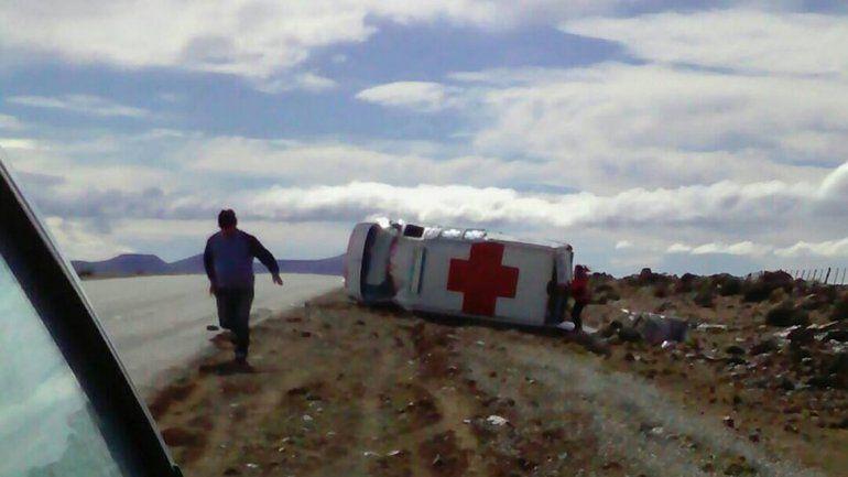 Volcó una ambulancia con un paciente cuando iba al hospital de Zapala