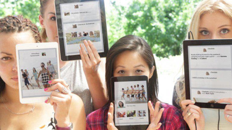 Es probable que una mujer se sume a una red social si la invita otra mujer.