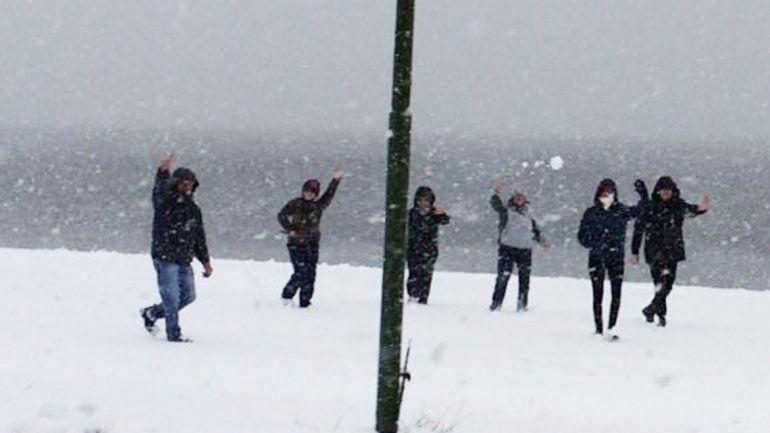 En San Martín nevó en el cerro y en Caviahue se acumularon 40 centímetros en las calles.