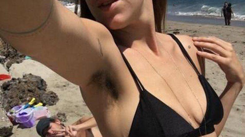 Scout cosechó críticas por su foto sin depilar en las playas de Malibú.