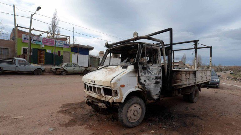 El camión Tata 608 estaba estacionado frente a la ferretería y quedó destruido por las llamas.