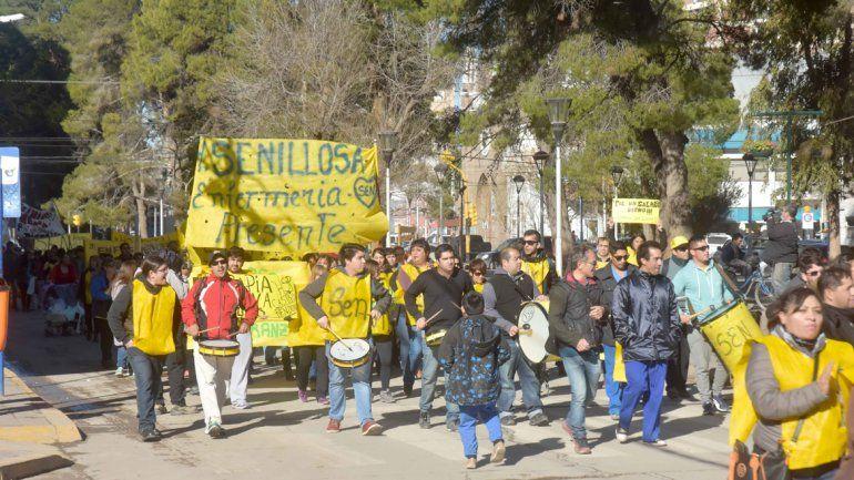 Los enfermeros se movilizan por el centro en demanda de un acuerdo salarial