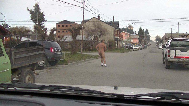Corrió desnudo cuando lo descubrió el marido de su amante