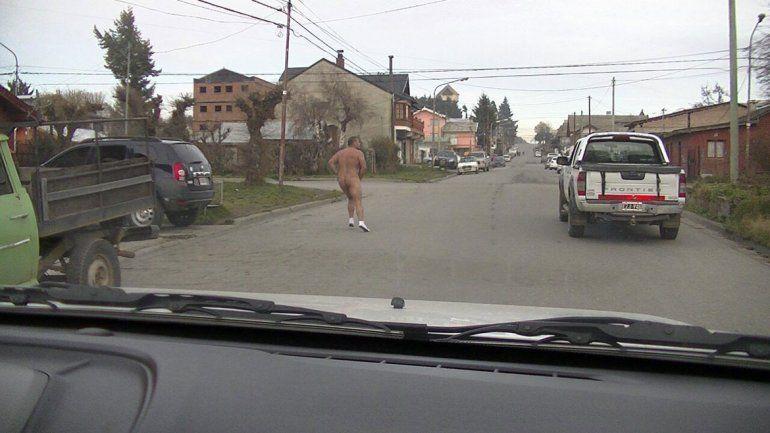 El hombre corrió varias cuadras. Lo demuestra la suciedad de los soquetes.