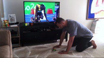 Más rápido que Bolt: armó un cubo mágico en segundos