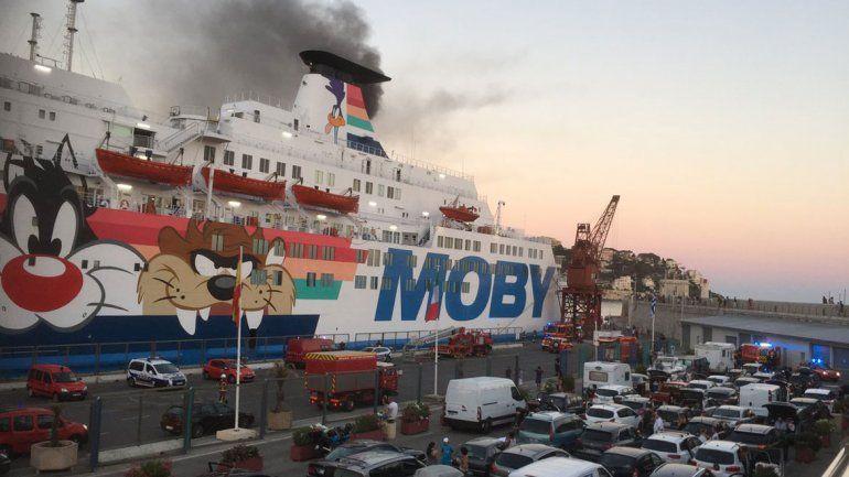 El Caribbean Fantasy se prendió fuego frente a las costas de San Juan.
