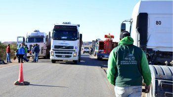 Camioneros bloquean accesos a áreas de YPF en Huincul y Rincón