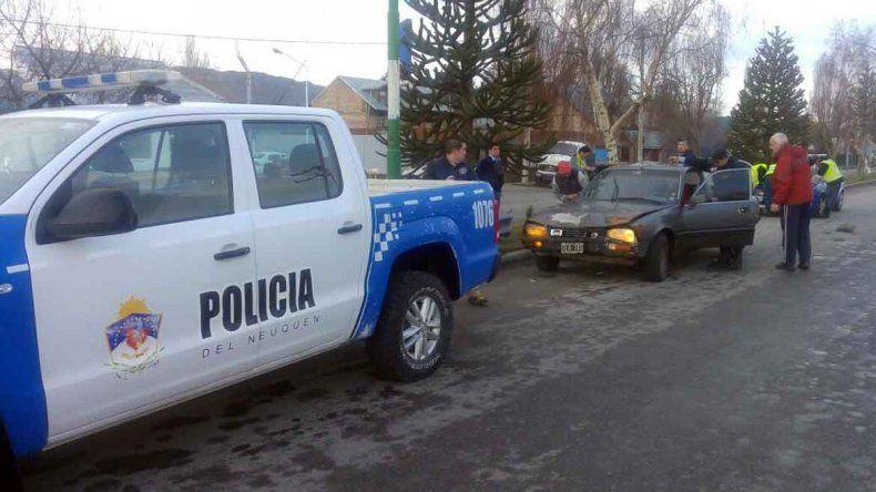 Un auto chocó a un móvil policial que esperaba el semáforo