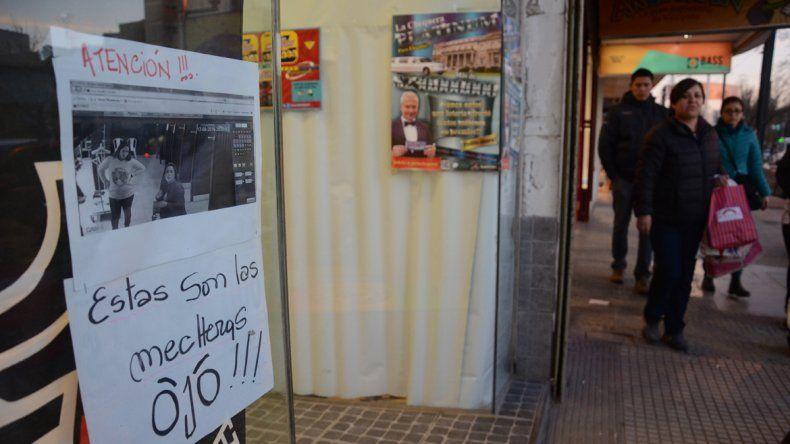 En el Bajo se pasan fotos de las mecheras entre los comerciantes
