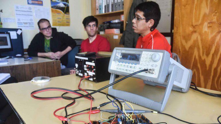 Los tres estudiantes de Ingeniería Electrónica que crearon este dispositivo que fue fabricado en Estados Unidos.