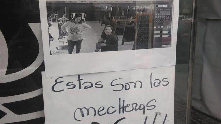 La foto de las ladronas pegada en la puerta de los locales de Le Utthe.