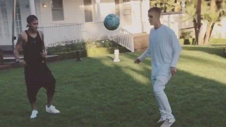 En junio pasado Justin peloteó con su amigo Neymar en el patio de su casa.
